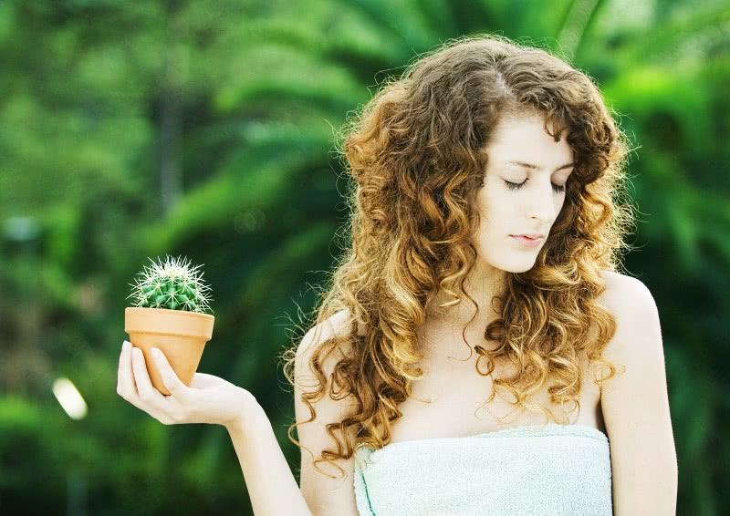 Девушка и кактус