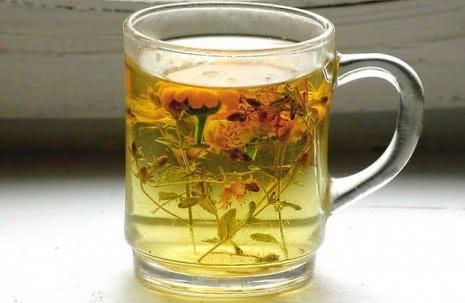 Травяной сбор, заваренный в чашке