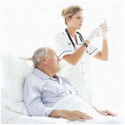 Медсестра готовит пациента к операции