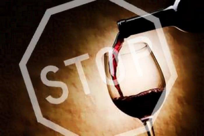 Воздержитесь от алкоголя во время лечения геморроя!