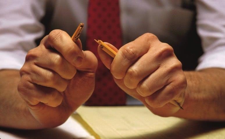 Руки мужчины, сломанный карандаш, стресс