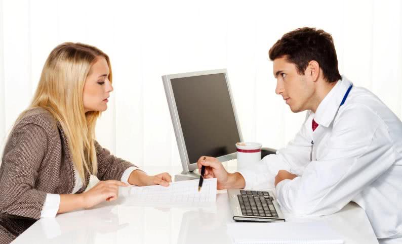 Женщина и врач-проктолог
