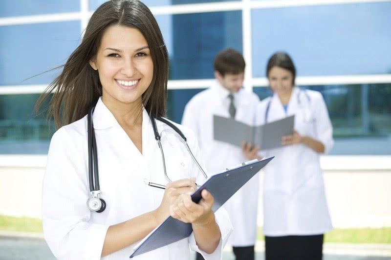 Женщина-врач в клинике