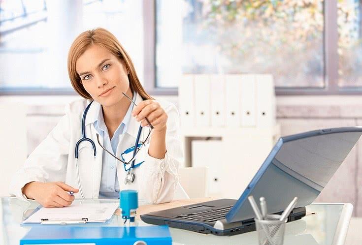Доктор за рабочим столом