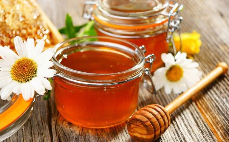 Мед в баночке и ромашка
