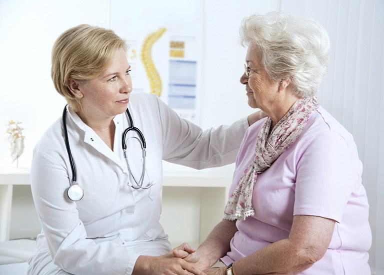 Женщина беседует с доктором