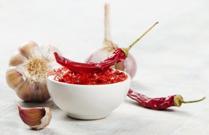 Злоупотребление острой пищей – одна из причин щекотания заднего прохода