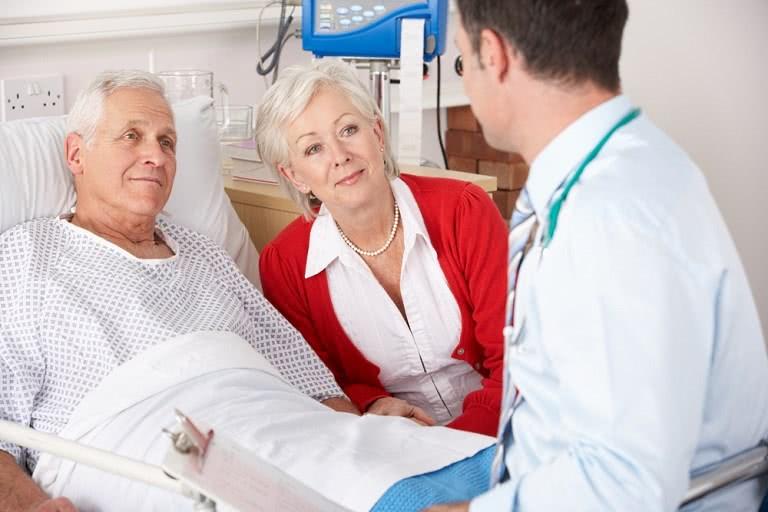 Пациент в палате после операции геморроя