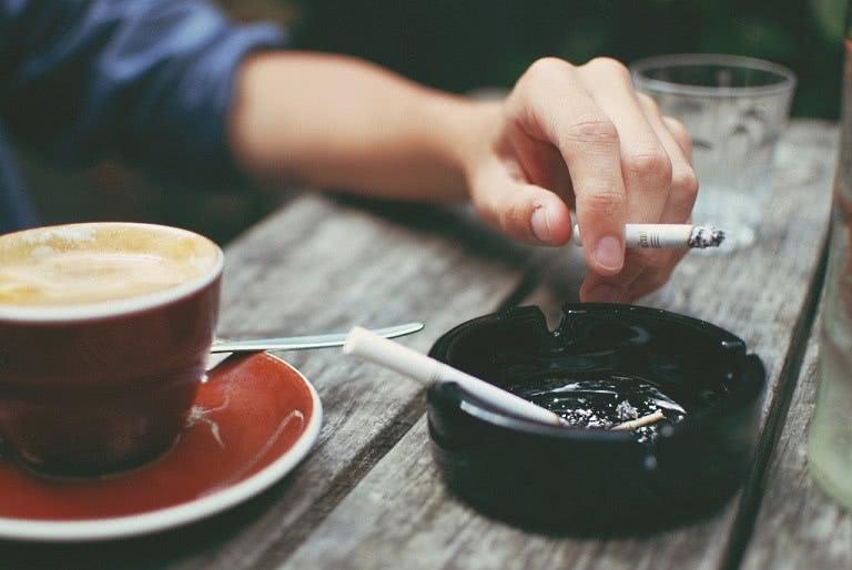 Сигарета в руке и кофе