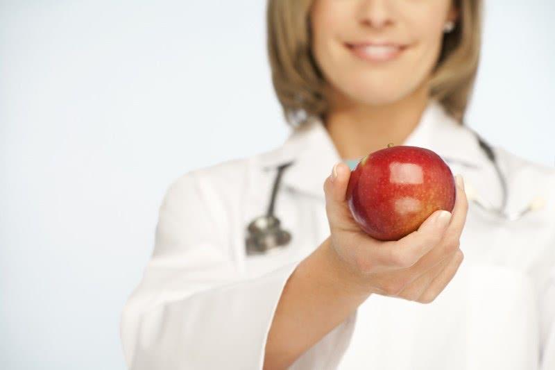 Врач и яблоко
