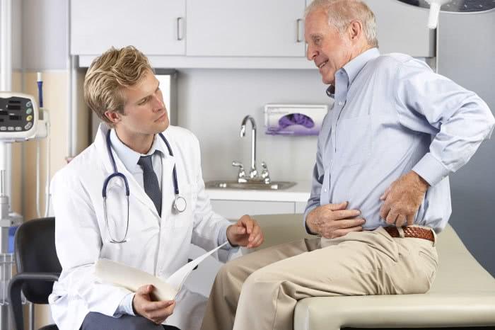 Мужчина на приеме врача описывает жалобы