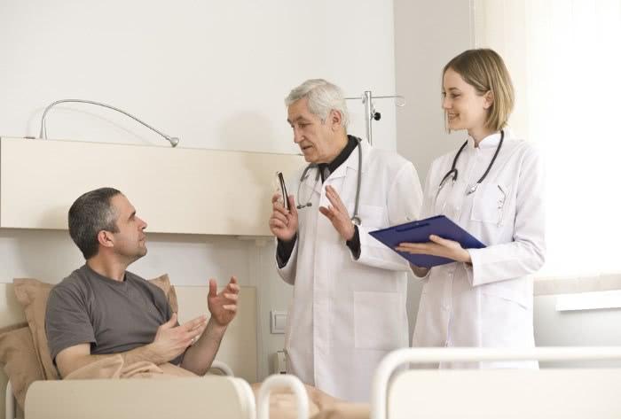 Доктор беседует с пациентом
