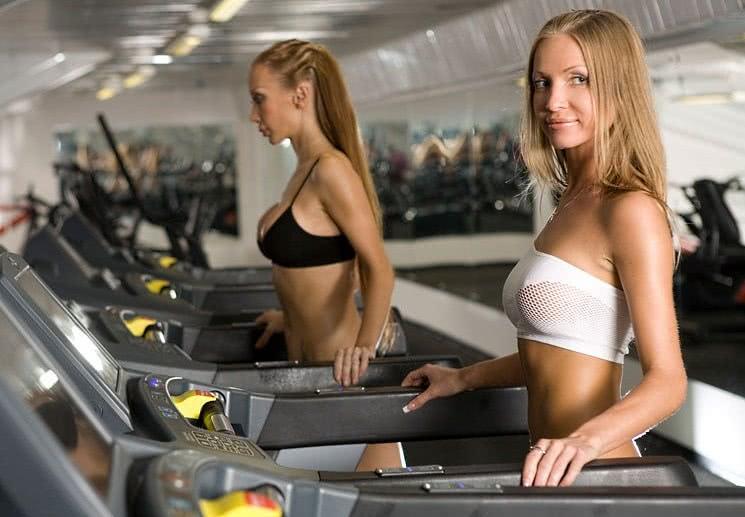 Девушки занимаются на беговой дорожке