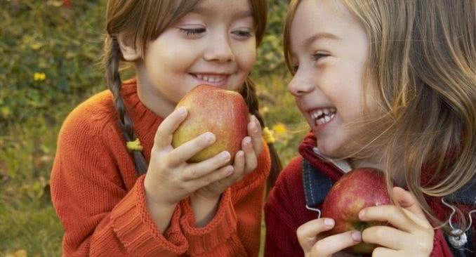 Дети едят яблоки