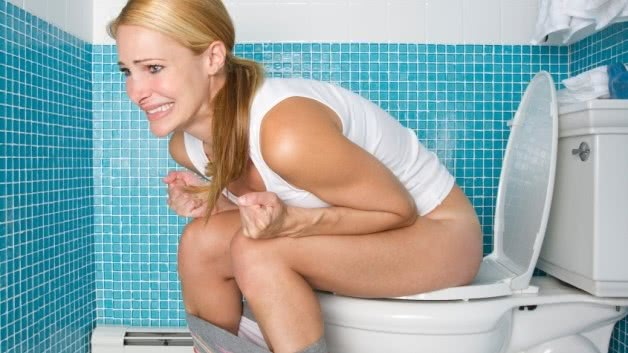 Женщина страдающая от запора