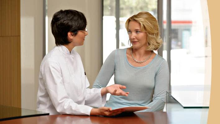 Врач консультирует пациента после операции