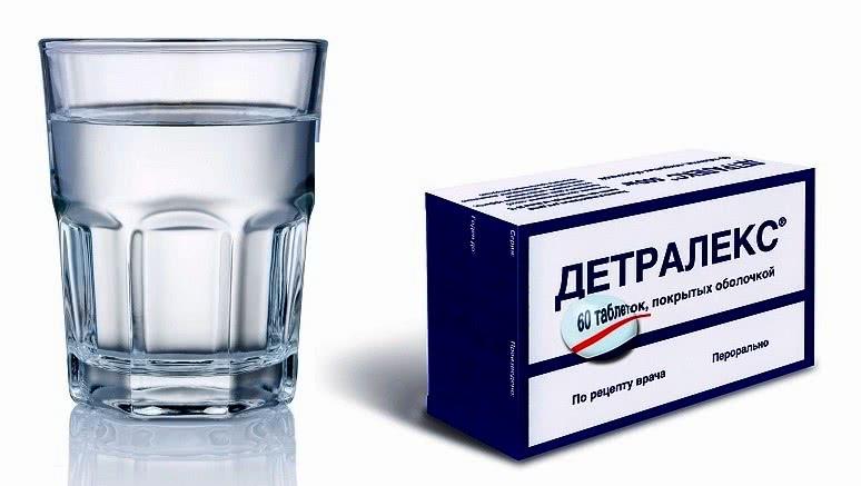 Детралекс и стакан с водой