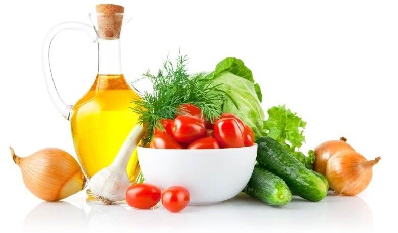 Растительное масло, зелень и овощи: огурцы, помидоры, лук, капуста