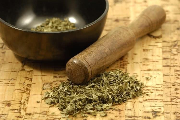 Сухая трава, ступка и пестик