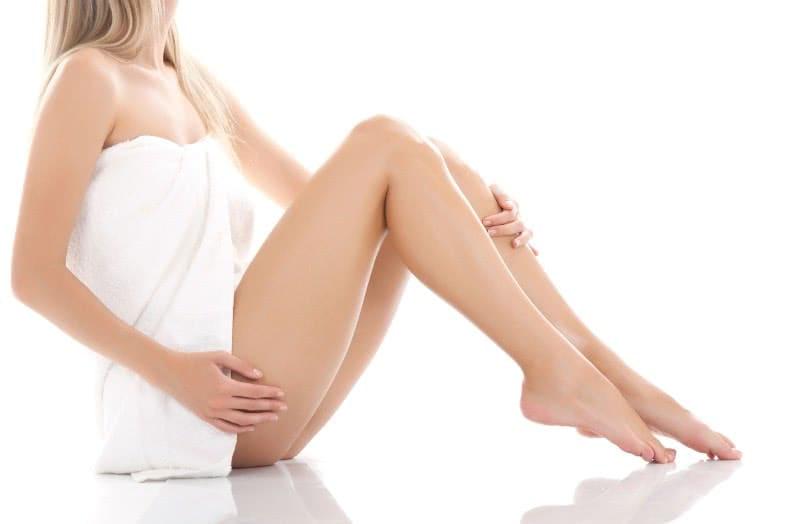 Девушка в полотенце с открытыми ногами