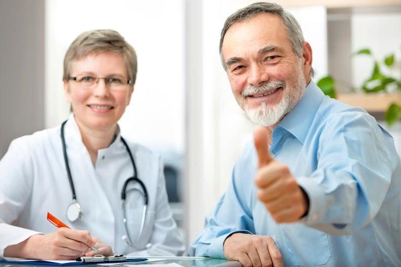 Довольный пациент в кабинете доктора