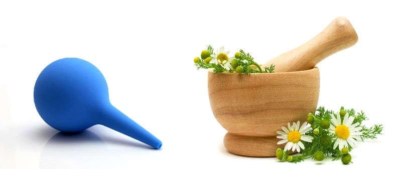 Груша для клизм и трава ромашки для отвара