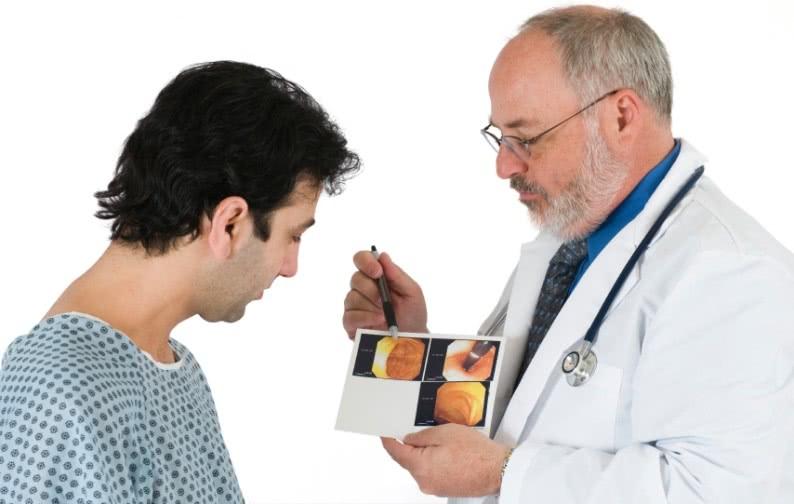 Хирург-проктолог с пациентом