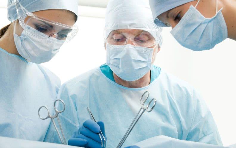 Хирурги: классические операционные методы удаления геморроидальных узлов