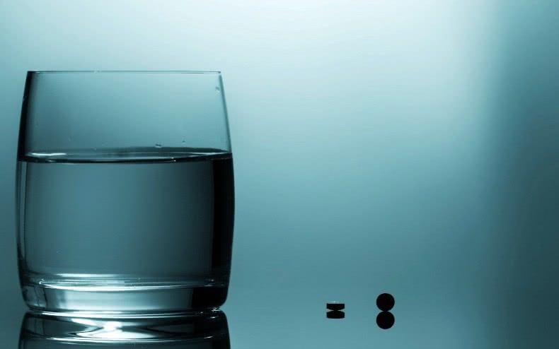 Стакан воды и таблетки