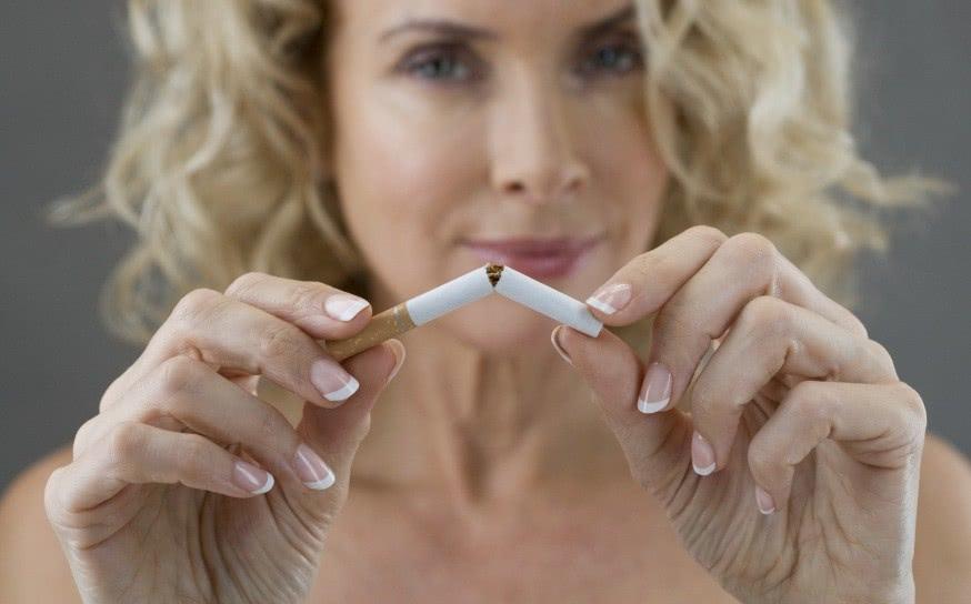 Женщина ломает сигарету