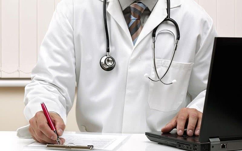 Доктор записывает диагноз