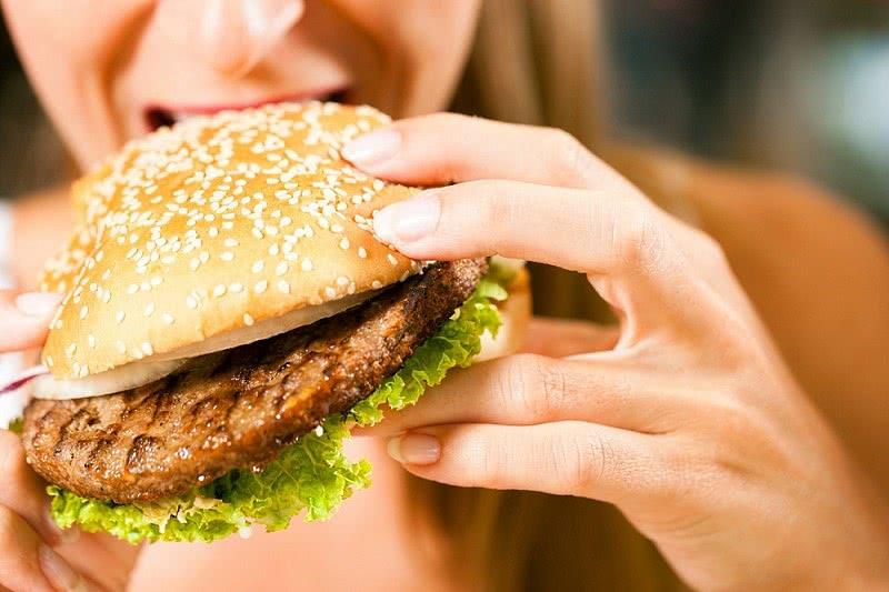 Неправильное питание – один из предрасполагающих факторов развития сфинктерита прямой кишки