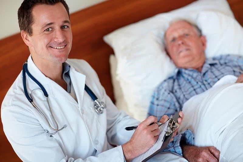 Пациент на обследовании и врач
