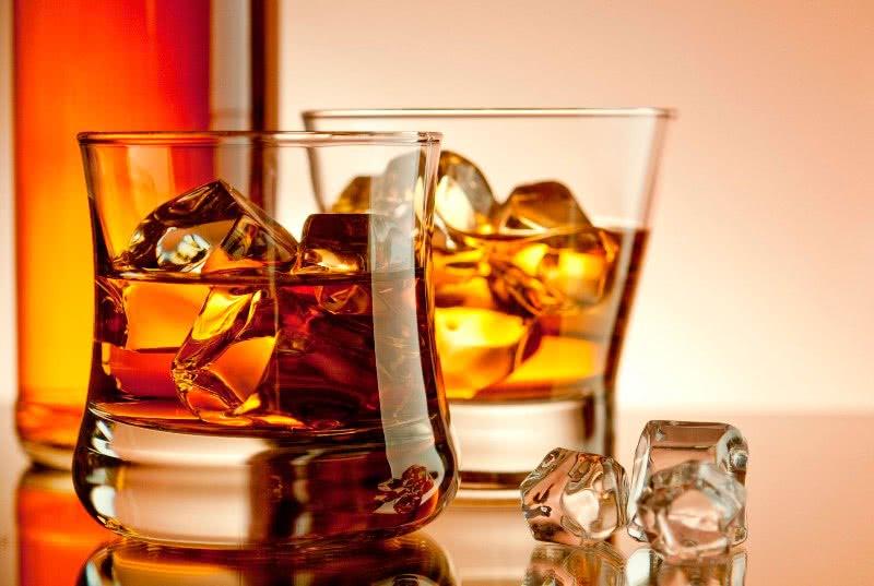 Алкоголь в стаканах