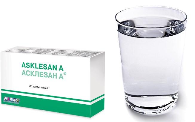 Таблетки Асклезан-А и стакан воды