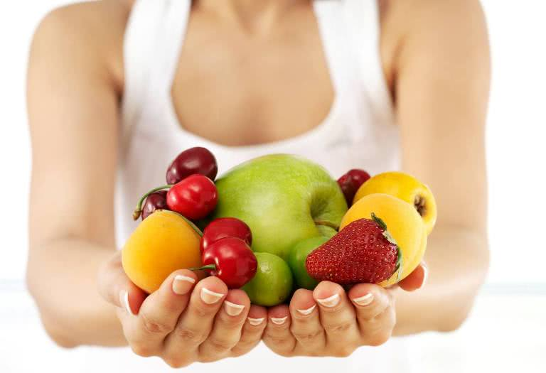 Диета при геморрое, фрукты и овощи в руках