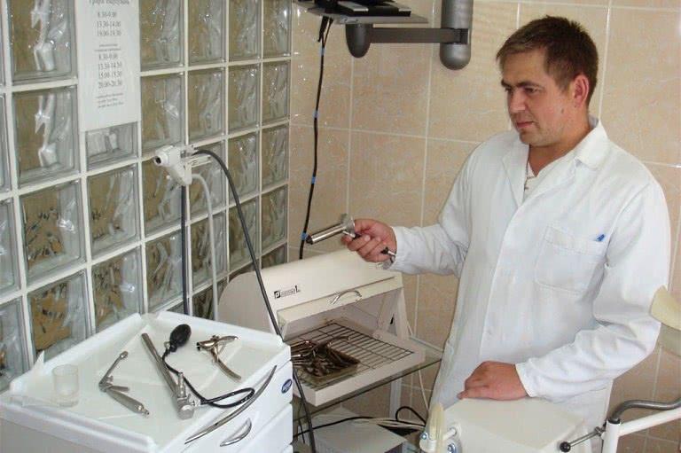 Проктолог с ректоманоскопом