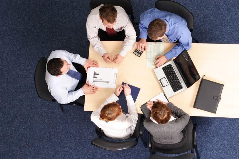Сидячая работа, люди за столом