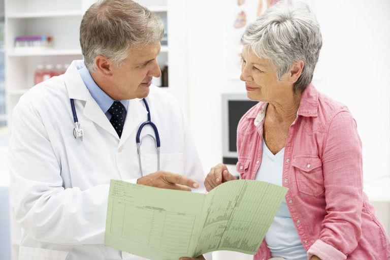 Врач консультирует пациента по применению препарата