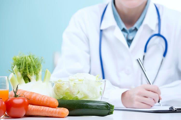 Врач и свежие овощи