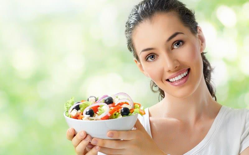Девушка с салатом из свежих овощей