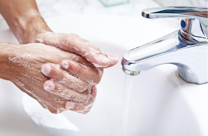 Мытье рук перед введением свечи