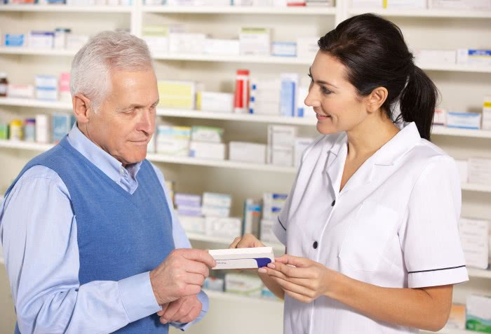 Пациент и фармацевт в аптеке