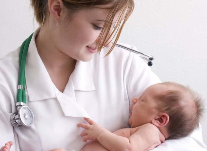 Грудной ребенок на руках у врача