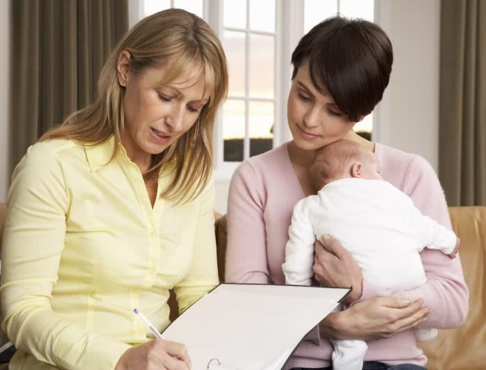 Женщина с ребенком у врача