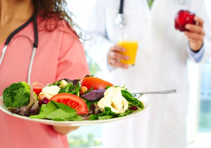 Диета при заболеваниях печени, врачи с продуктами в руках